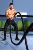 Het vechten van Crossfit kabels bij de oefening van de gymnastiektraining Stock Afbeeldingen