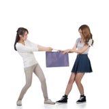 Het vechten voor het winkelen zakken Stock Afbeelding