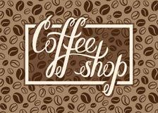 Het vectorembleem van de Koffiewinkel op de achtergrond van koffiebonen voor menu, auto royalty-vrije illustratie