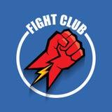 Het vectorembleem van de strijdclub met rode die mensenvuist op blauwe achtergrond wordt geïsoleerd Het MMA Gemengde malplaatje v Royalty-vrije Stock Afbeelding