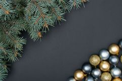Het veelvoudige creatieve de decoratiepatroon van Kerstmis zilveren en gouden snuisterijen met pijnboomboom vertakt zich stock foto's
