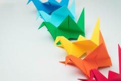 Het veelvoudige kleurrijke blauwgroene geeloranje rood van origamivogels royalty-vrije stock afbeeldingen