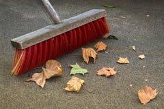 Het vegen op Autumn Leaves royalty-vrije stock foto