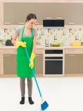 Het vegen van de keukenvloer Stock Foto