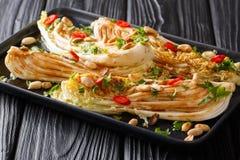Het vegetarische voorgerecht braadde napakool met sojasaus, Spaanse peperpeper en knapperige pinda'sclose-up op een plaat horizon royalty-vrije stock foto