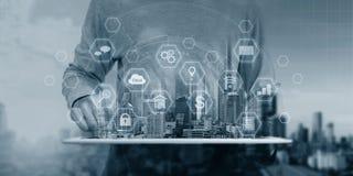 Het veiligheidssysteemtechnologie van Cyberinternet Zakenman die de digitale tablet en veiligheidspictogrammen van de slottechnol stock afbeeldingen