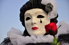 Het Venetiaanse Pierrot vrouwelijke masker met rood nam toe Stock Afbeeldingen