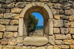 Het venster dat in de oude muren van natuursteen opent Royalty-vrije Stock Fotografie