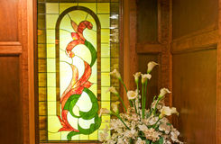 Het venster en de installatie van het gebrandschilderd glas Stock Afbeelding