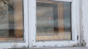 In het venster, houdt een mens kaars stock video