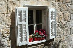 Het venster met blinden in oude stad van Dubrovnik Kroatië Stock Afbeeldingen