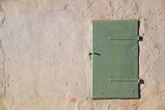 Het venster sloot groen blind op de muur royalty-vrije stock fotografie