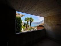 Het venster uit een ondergronds parkeerterrein bouwde berg in Stock Foto's