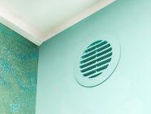 Het venster van de cirkelopening op groene muur stock foto's