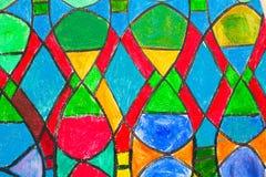 Het venster van de gebrandschilderd glaskerk in roodachtige toon stock afbeeldingen