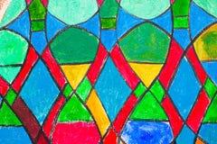 Het venster van de gebrandschilderd glaskerk in roodachtige toon stock foto's