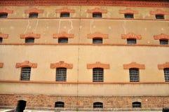 Het venster van de gevangenismuur Stock Foto