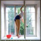 Het venster van de meisjeswas Royalty-vrije Stock Foto