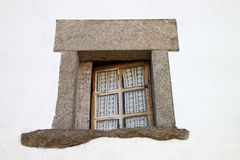 Het venster van de steen op witte muur stock afbeeldingen
