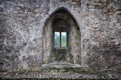 Het venster van de de steenmuur van het vestingskasteel stock afbeelding