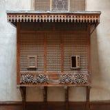 Het venster van de stijlerker van de Mamlukera door doorschoten houten net Mashrabiya op steenmuur wordt behandeld, Kaïro, Egypte royalty-vrije stock foto's