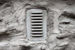 Het venster van de ventilatie op muur Stock Foto