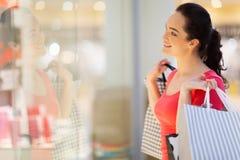 Het venster van de vrouw het winkelen stock fotografie