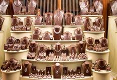 Het venster van de winkel met heel wat juwelen Royalty-vrije Stock Foto