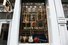 Het venster van de winkelnew york van de muziekgitaar Royalty-vrije Stock Foto's