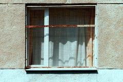 Het venster van het gebouw sloot roestige grating stock afbeelding