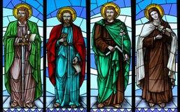 Het venster van het gebrandschilderd glas met heiligen Royalty-vrije Stock Afbeeldingen