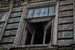 Het venster van het oude griezelige verlaten enge huis waarin het leven een Spook en een moord Stock Foto