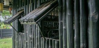 Het venster van het oude houten logboekhuis royalty-vrije stock foto
