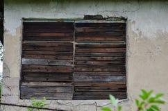 Het venster van het oude huis wordt gehamerd stock foto's