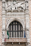 Het venster van het Paleis van doges in Venetië stock foto's