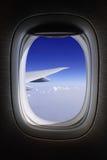 Het venster van het vliegtuig met blauwe hemelen Royalty-vrije Stock Fotografie