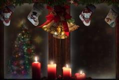 Het venster van Kerstmiskousen, kaarsen, gouden klokken, boomdecoratie, sneeuwachtergrond voor groetkaart royalty-vrije stock foto