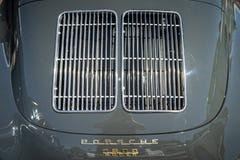 Het ventilatietraliewerk van het motorcompartiment van een sportwagen Porsche 356B Stock Foto's