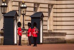 Het veranderen van de Wacht bij Buckingham Palace in Londen stock foto's