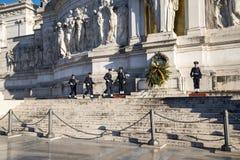 Het veranderen van de wacht bij het Monument in Koning Vittorio Emanuele 2 in Piazza Venezia in Rome royalty-vrije stock afbeelding