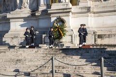 Het veranderen van de wacht bij het Monument in Koning Vittorio Emanuele 2 in Piazza Venezia in Rome stock foto's