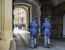 Het veranderen van de Wacht bij het Kasteel van Praag stock afbeeldingen