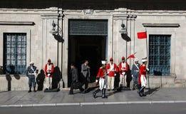Het veranderen van de wachten buiten Palacio Quemado die een populaire naam is om het Boliviaanse Paleis van Overheid aan te duid stock fotografie