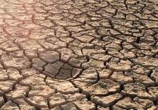 het veranderen van het klimaat Achtergrond van gebarsten grond royalty-vrije stock afbeelding