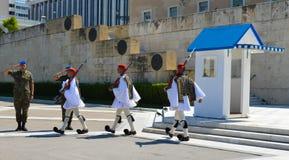 Het veranderen van Plechtige Eliteinfanterie Evzones dichtbij het parlement in Athene, Griekenland op 23 Juni, 2017 Stock Afbeelding