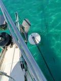 Het verankeren van een varende boot in het Middellandse-Zeegebied royalty-vrije stock fotografie