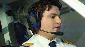 Het verantwoordelijke proefdie weigeren van bier tijdens vlucht, op vliegtuignavigatie wordt geconcentreerd stock videobeelden