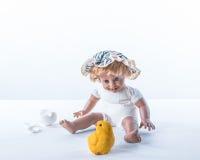 Het verbaasde babe bekijken geboren kuiken Stock Fotografie