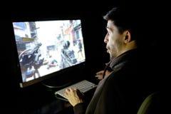 Het verbaasde spel van de kerel emotionele speelcomputer Royalty-vrije Stock Foto