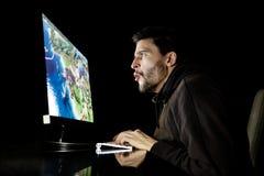 Het verbaasde spel van de kerel emotionele speelcomputer Stock Fotografie